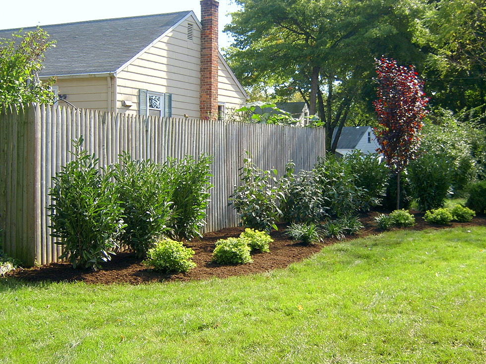Landscaping landscaping ideas backyard fence for Small front yard ideas with fence
